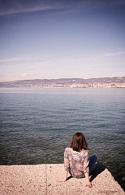 Frau sitz am Meer - p1443m2002065 von SIMON SPITZNAGEL