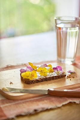 Butterbrot mit Blumen - p1525m2064724 von Hergen Schimpf
