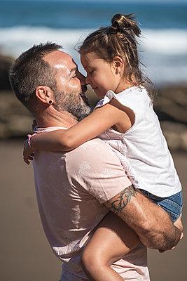 family with 2 children enjoying the beach and cliffs of the Basque country - p300m2257270 von SERGIO NIEVAS