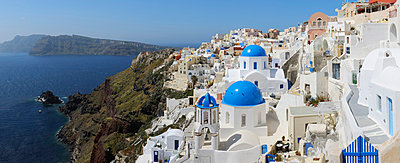 View of classical whitewashed church and bell tower at Oia - p300m731271f by Martin Rügner