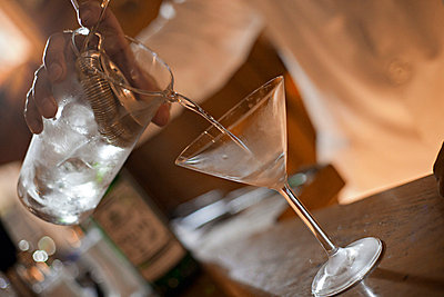 Barkeeper mixing a Cocktail - p567m667587 by Philippe Levy