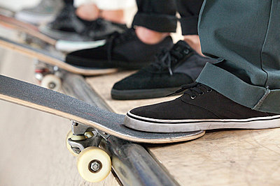 Feet of skaters and boards - p9245214f by Image Source
