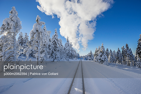 Germany, Saxony-Anhalt, Harz National Park, Brocken, rail tracks of Harz Narrow Gauge Railway in winter, cloud of steam - p300m2062394 by Patrice von Collani