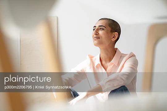 Portrait of a confident woman in a loft - p300m2206795 by Kniel Synnatzschke
