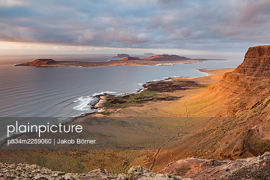 Spanien, View from Lanzarote over the island of La Graciosa - p834m2259060 by Jakob Börner