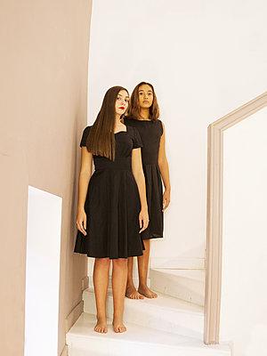 Zwei Frauen auf der Treppe - p1105m2133104 von Virginie Plauchut
