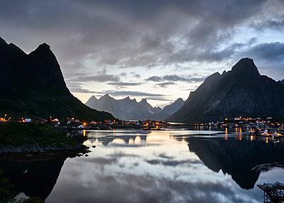 Landschaft auf den Lofoten bei Nacht - p1124m1165649 von Willing-Holtz