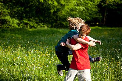 Jungen balgen im Park - p1195m1138145 von Kathrin Brunnhofer