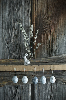 Hand-painted Easter eggs, Pussy Willow twigs and a silver Easter bunny - p300m2102688 by Achim Sass
