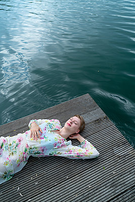 Woman by the lake - p427m2109244 by Ralf Mohr