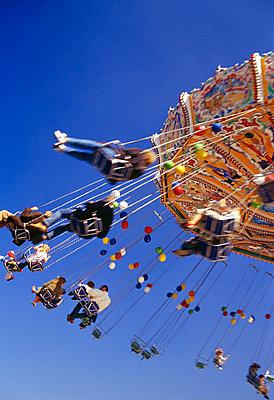 Karussell in Bewegung mit Menschen - p6090211 von WRIGHT