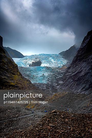 Wanderer am Franz Josef Gletscher - p1154m1425725 von Tom Hogan