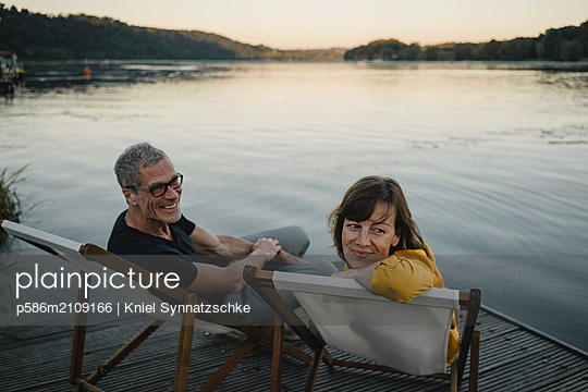 Portrait of mature couple at Lake Baldeneysee - p586m2109166 by Kniel Synnatzschke