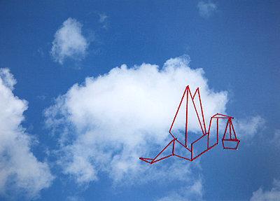 Storch am Himmel bringt Baby - p1519m2063298 von Soany Guigand