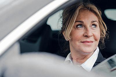 Portrait of smiling senior businesswoman in car - p300m1587183 by Kniel Synnatzschke