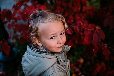 Portrait of girl in a park, red autum leaves - p300m2121833 von Oxana Guryanova