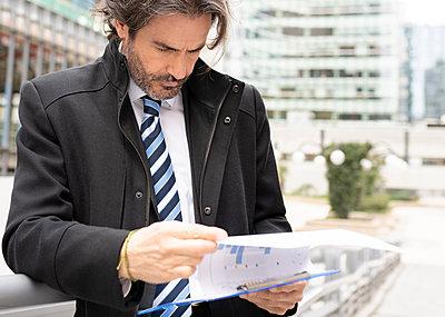 middle-aged businessman in the big city, Madrid / Spain - p300m2275227 von Jose Carlos Ichiro