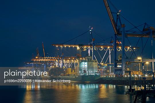 Container yard in Hamburg - p1696m2293035 by Alexander Schönberg