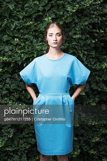 Frau in blauem Kleid - p947m1217255 von Cristopher Civitillo