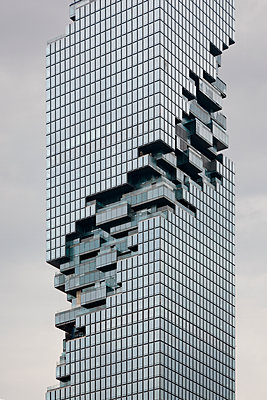 Futuristisches Hochhaus in Bangkok - p1032m1220651 von Fuercho