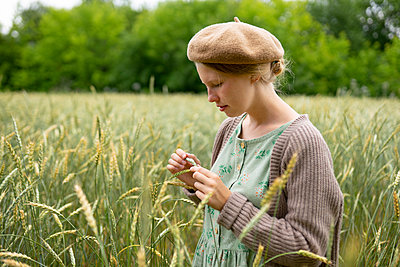 Young woman in cornfield, portrait - p1646m2258903 by Slava Chistyakov