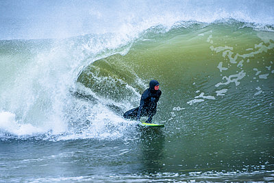 Surfer riding wave in sea - p343m1585192 by Cate Brown