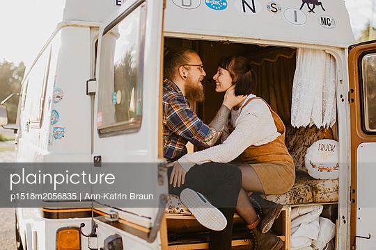 Verliebtes Paar im Van - p1518m2056835 von Ann-Katrin Braun