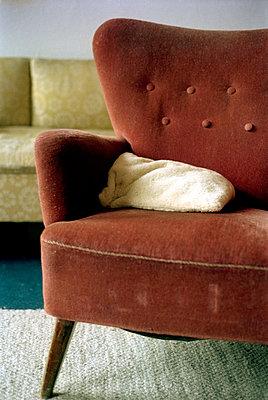 Alter Sessel im Wohnzimmer - p3880372 von Ulrike Leyens