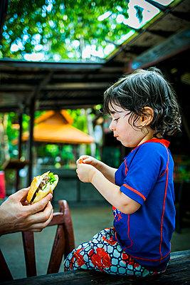 Junge isst Burger - p680m1515269 von Stella Mai