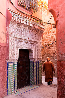 Local man dressed in traditional djellaba walking through street in the Kasbah, Marrakech, Morocco, North Africa, Africa - p871m1506648 by Lee Frost