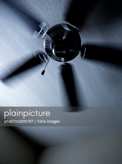 Low angle view of ceiling fan - p1427m2200787 by Tetra Images