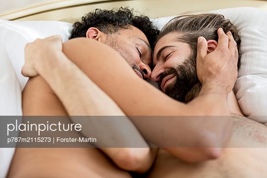 Schwules Paar im Bett - p787m2115273 von Forster-Martin