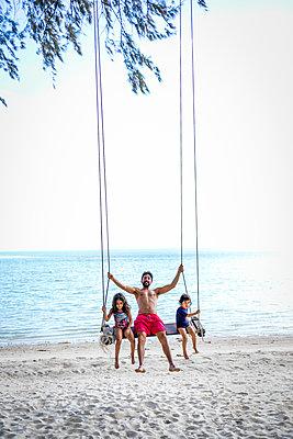 Familie schaukelt am Strand - p680m1511592 von Stella Mai