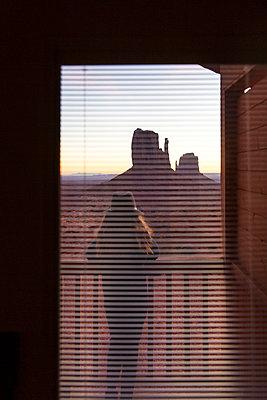 Mädchen auf dem Balkon, Monument Valley - p756m2087333 von Bénédicte Lassalle