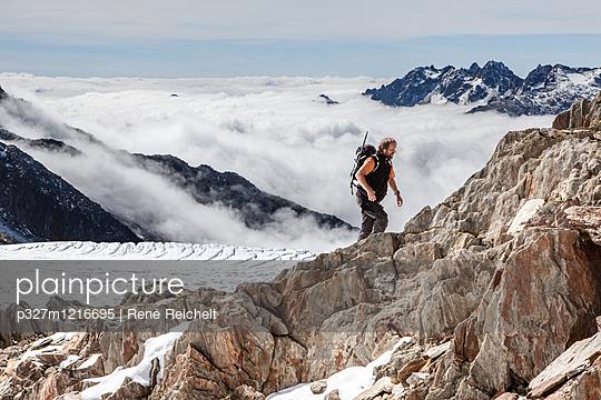 Bergwanderung über den Wolken - p327m1216695 von René Reichelt