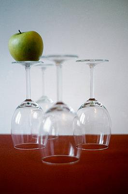 Apfel auf Glas - p1146m943297 von Stephanie Uhlenbrock