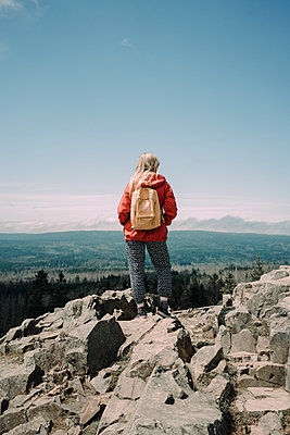 Female hiker on the mountaintop - p1184m2065100 by brabanski