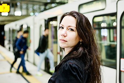 Germany, Cologne, portrait of young woman at underground station platform - p300m1549383 by Jan Tepass