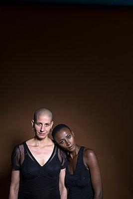 Zwei Frauen - p427m1463136 von Ralf Mohr