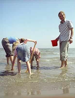 Familie am Strand - p7630055 von co-o-peration