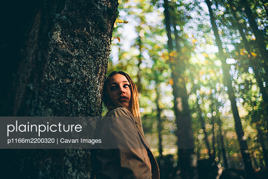 Pretty girl poses in the nature - p1166m2200320 by Cavan Images