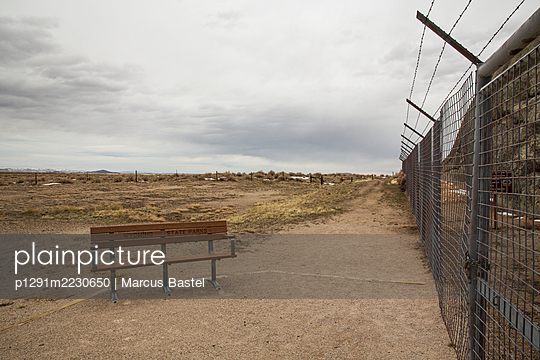 USA, Bench in front of a fence - p1291m2230650 by Marcus Bastel