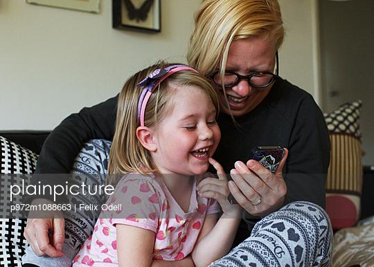 Mutter und Tochter mit Smartphone - p972m1088663 von Felix Odell