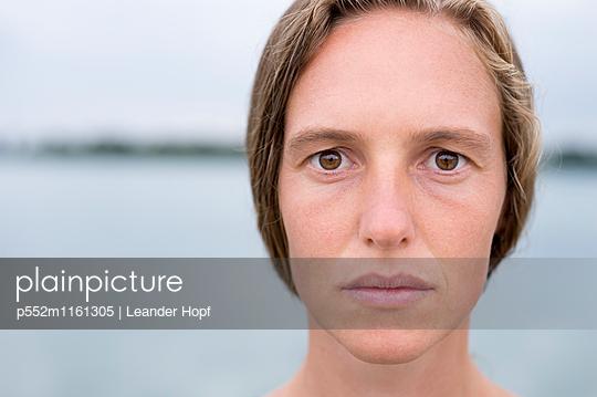 Porträt einer jungen Frau  - p552m1161305 von Leander Hopf
