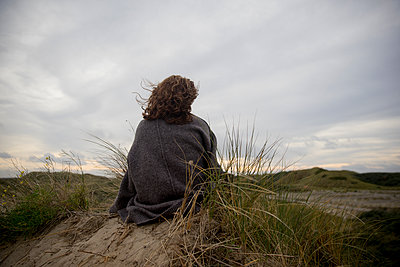 junge Frau in Dünen - p1212m1181976 von harry + lidy