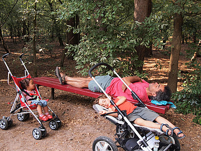 Exhausted family sleeping after a busy day out - p1231m1043119 by Iris Loonen