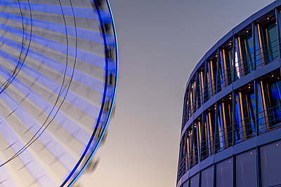 Ferris wheel with modern architecture - p401m2210760 by Frank Baquet