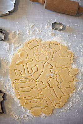 Baking cookies - p454m2063639 by Lubitz + Dorner