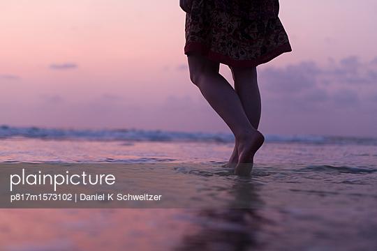 Frau am Meer - p817m1573102 von Daniel K Schweitzer