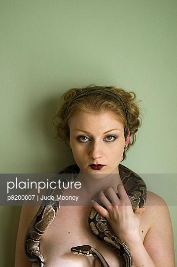 Frau spielt mit Schlange - p9200007 von Jude Mooney